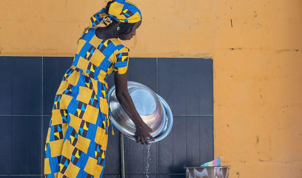 FARGER: Det intense dagslyset vasker bort fargene. Trolig av den grunn elsker gambierne å kle seg fargesprakende.