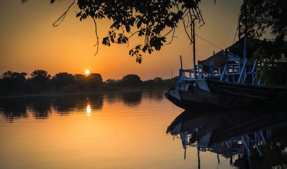 KVELDSLYS: Utsikt fra Janjanbureh Lodge på Gambiaelven.