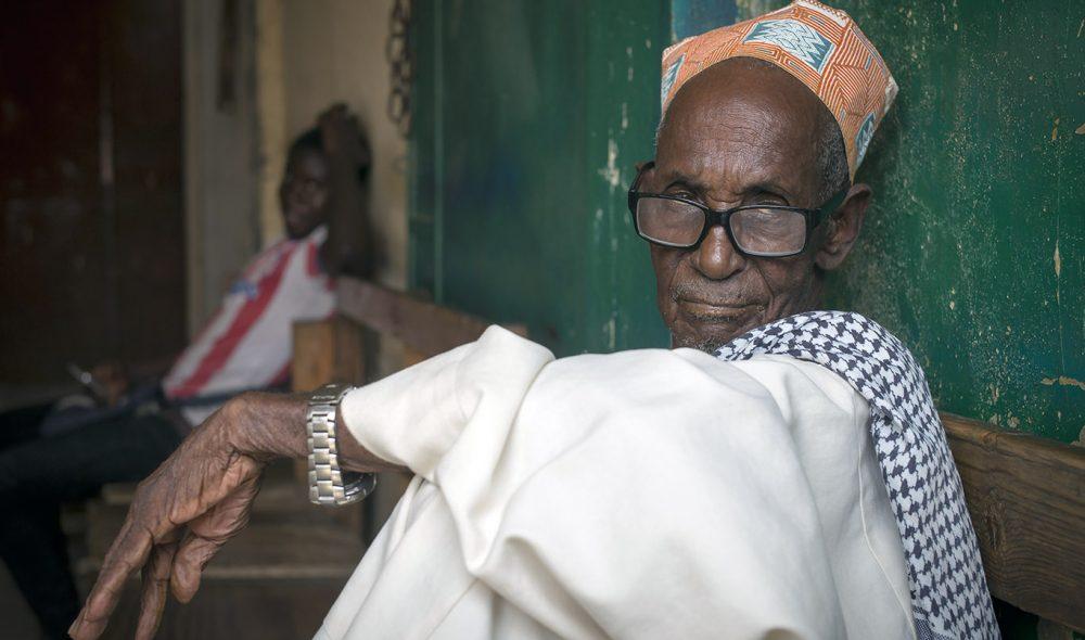 MARKEDET: På kjøttmarkedet i Banjul fordriver de eldre tiden med å løse verdensproblemene.