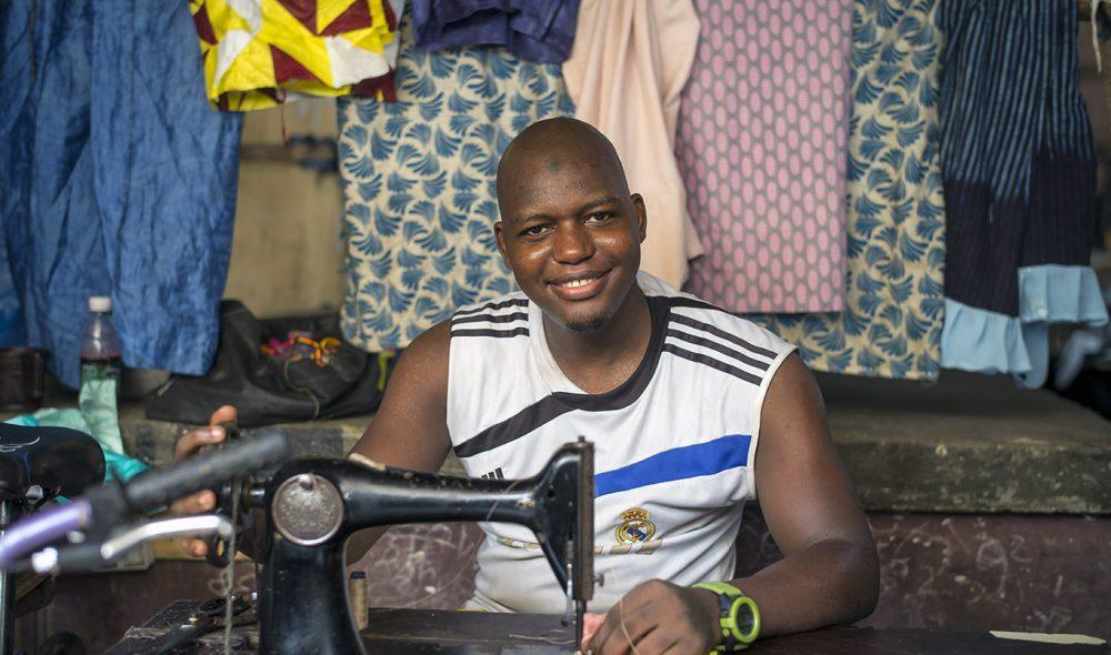 SKREDDER: På markedet i Banjul kan du få reparert klærne dine.
