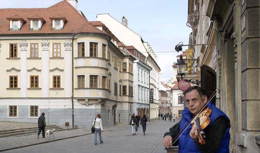 GATEMUSIKK: En ikke uvanlig del av gatebildet i Bratislavas gamleby.