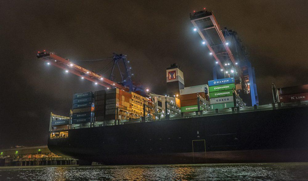 VINSJAN: Det er dimensjoner over kranene i Hamburg havn, som får nesten menneskelig trekk i kveldsmørket.