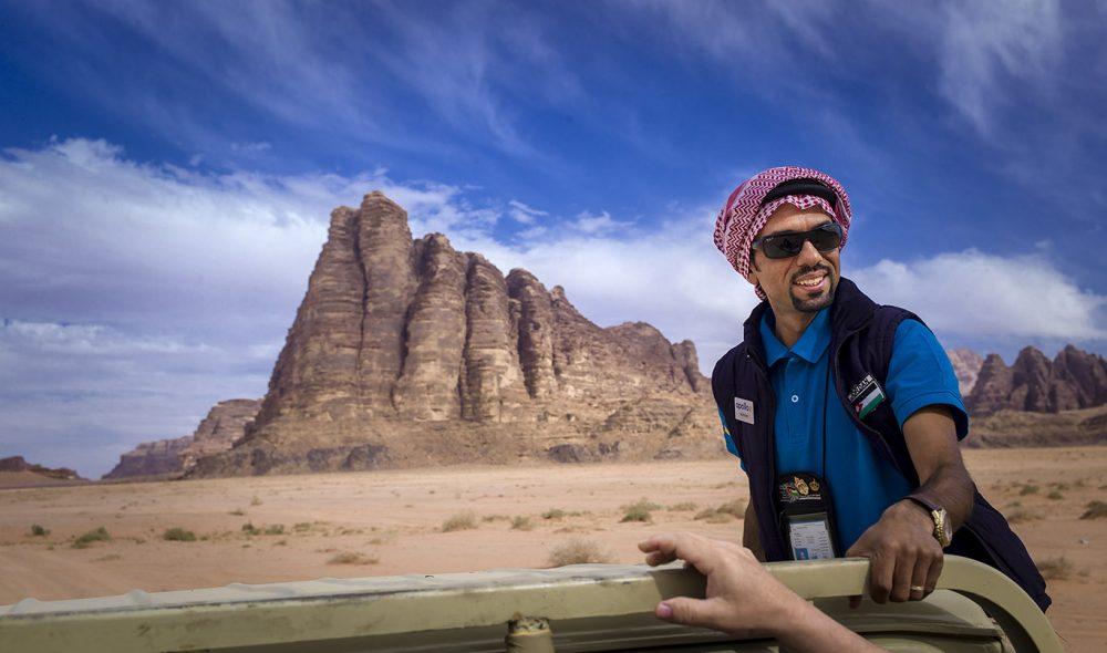 LANDEMERKE: Guiden Ali Freihat, som snakker utmerket norsk etter flere år som student i Bergen, på vei inn i Wadi Rum og forbi De syv visdomspillarene, som den engelske offiseren T. E. Lawrence ga navn til under sitt opphold i ørkenen.
