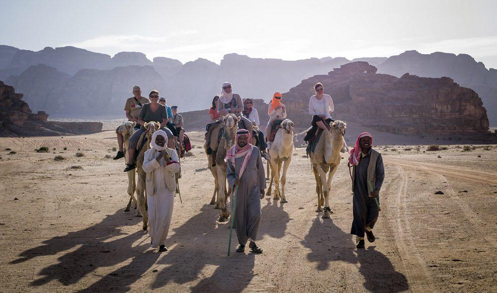 UTFLUKT: Kamelen er populær også blant de besøkende i ørkenen.