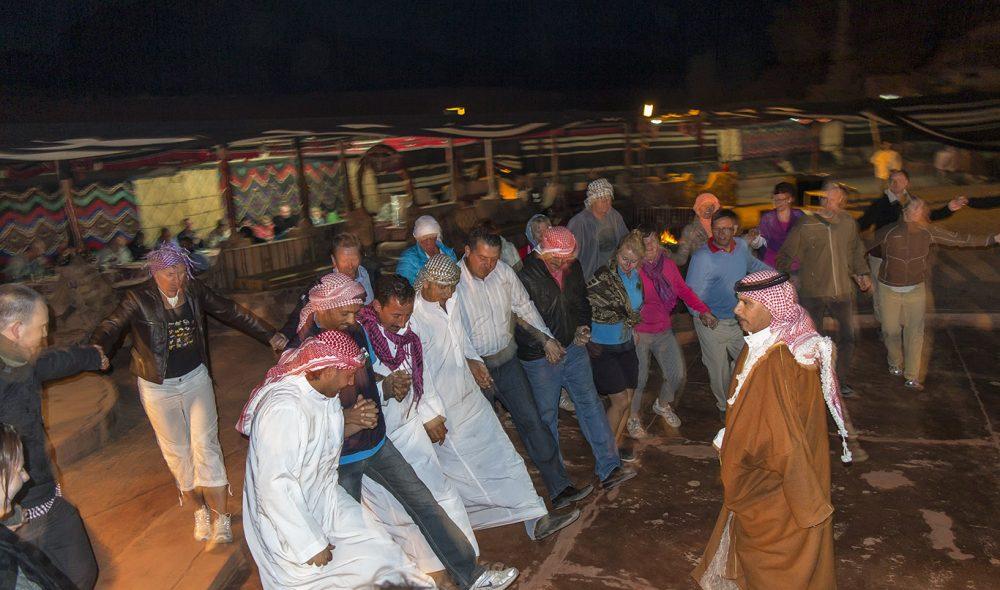 DANSEMORO: En dans rundt bålet hører med, og ikke bare for å holde ørkenkulda unna.