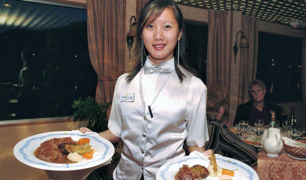 GODT Å SPISE: Det er lite å si på maten Siket Gyangyi og de øvrige kelnerne serverer ombord på Rhône Princess.