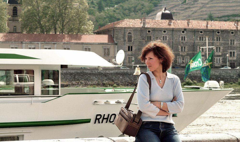 VENTER: – Går ikke båten snart? undrer denne passasjeren, som venter på transport videre oppover elva.