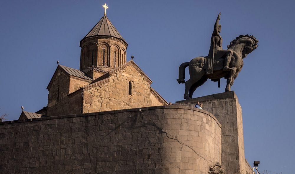IKONISK: Statuen av kong Vakhtang Gorgasali (født 440 eKr) – Tbilisis grunnlegger på Metekhi-klippen – er på mange måter byens geografiske midtpunkt.