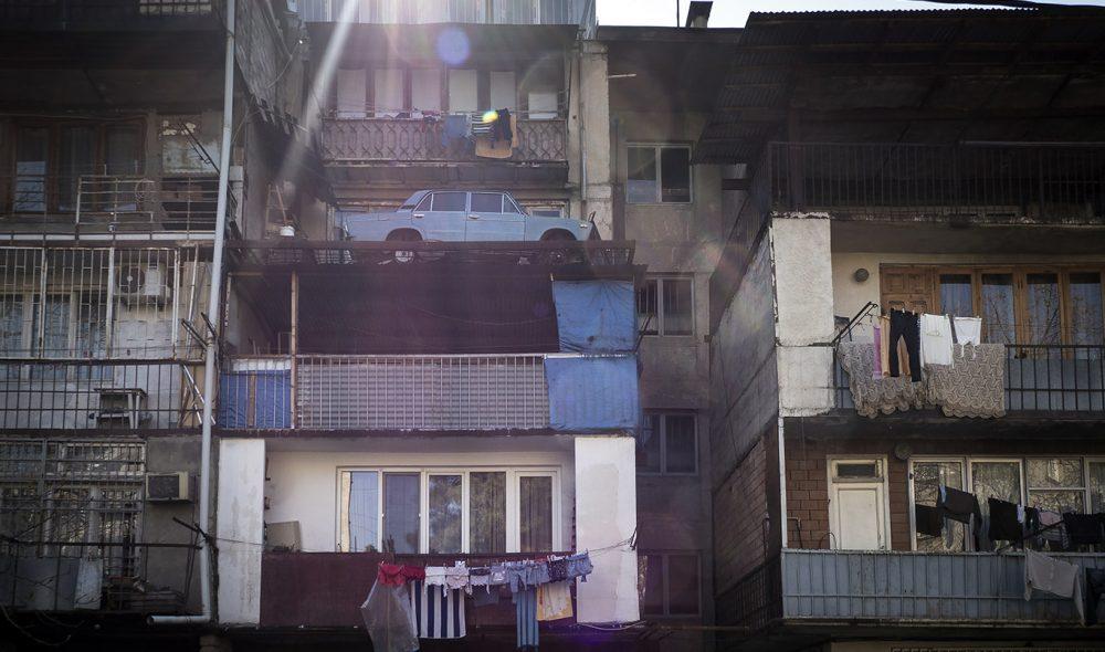 GODT PARKERT: Denne Ladaen er godt plassert på balkongen i sentrum av Tbilisi.