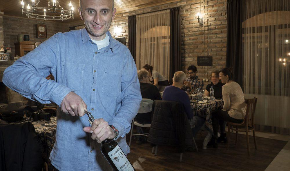 VINMAKER: Iago Birarushvili holder tradisjonene i hevd på vingården utenfor Georgias tidligere hovedstad Mtskheta, vel en halvtime i bil utenfor Tbilisi.