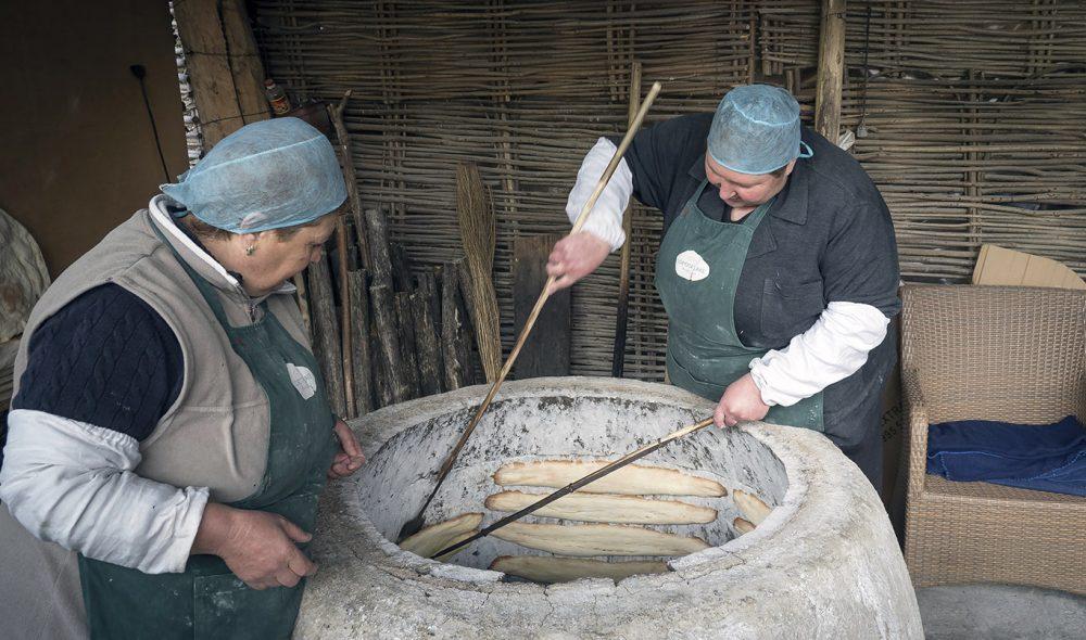 MYE BRØD: Georgierne elsker sitt brød, særlig «shoti puri» – laget i såkalte «tone»-ovner. Her stekes de festet på veggen inne i ovnen.