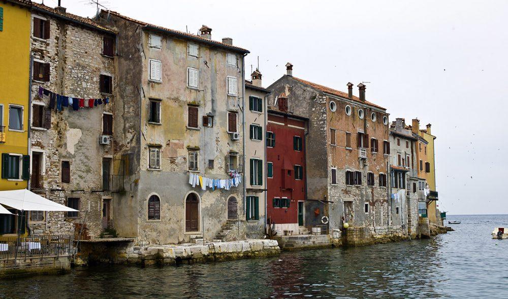 FARGERIKT: Bygningene i Pula minner om dem du finner i Italias kystbyer,