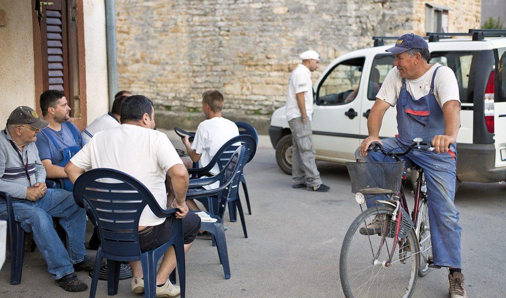LANDSBYLIV: omgjengelig innbyggere i den lille landsbyen i landsbyen Šišan.