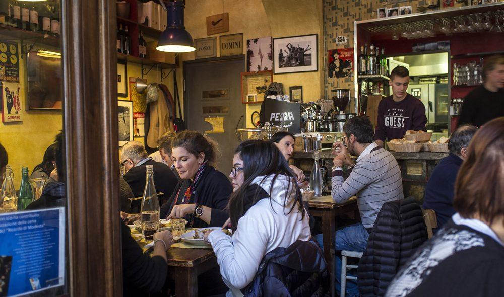 LIVLIG: Som en avveksling kan du ta noen dager i Torino, som har en mengde hyggelige spisesteder fulle av liv, som Piola Caffé ikke langt fra Piazza Castello.