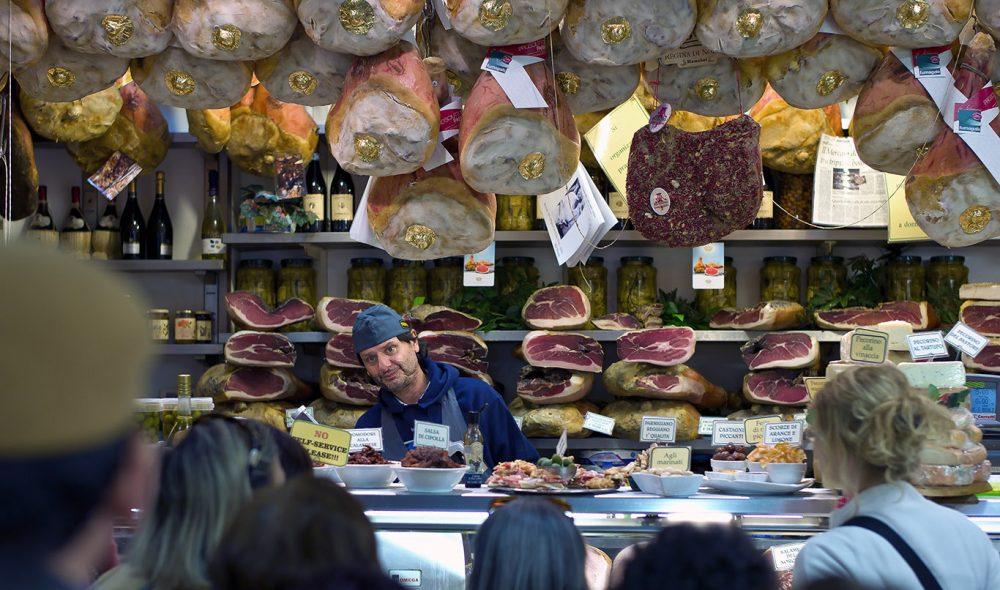 POPULÆRT: Mercato di San Lorenzo er Firenzes mest kjente – og populære – utendørsmarked. Her finner du alt fra smykker til klær og lærarbeider, og innendørs er det mat i alle valører å få kjøpt.