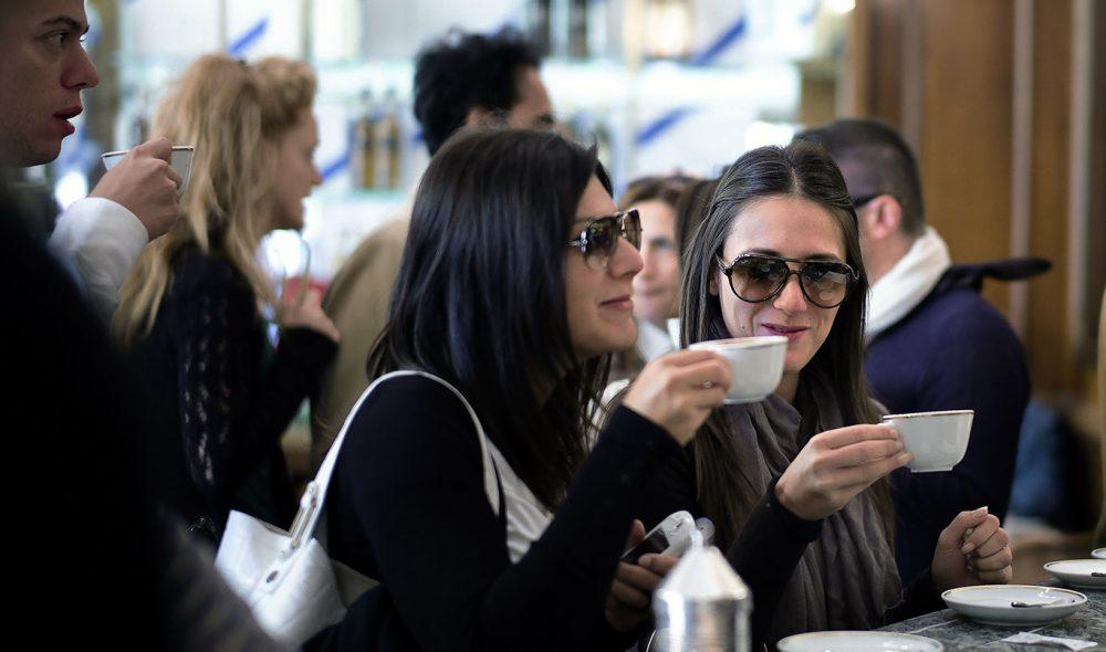 KAFÉLIV: Caffé Rivoire er et eksklusivt møtested både for florentinerne og besøkende. Tar du kaffen stående koster den halvannen euro, men blir straks ganske mye dyrere om du vil ha den servert ved bordet.