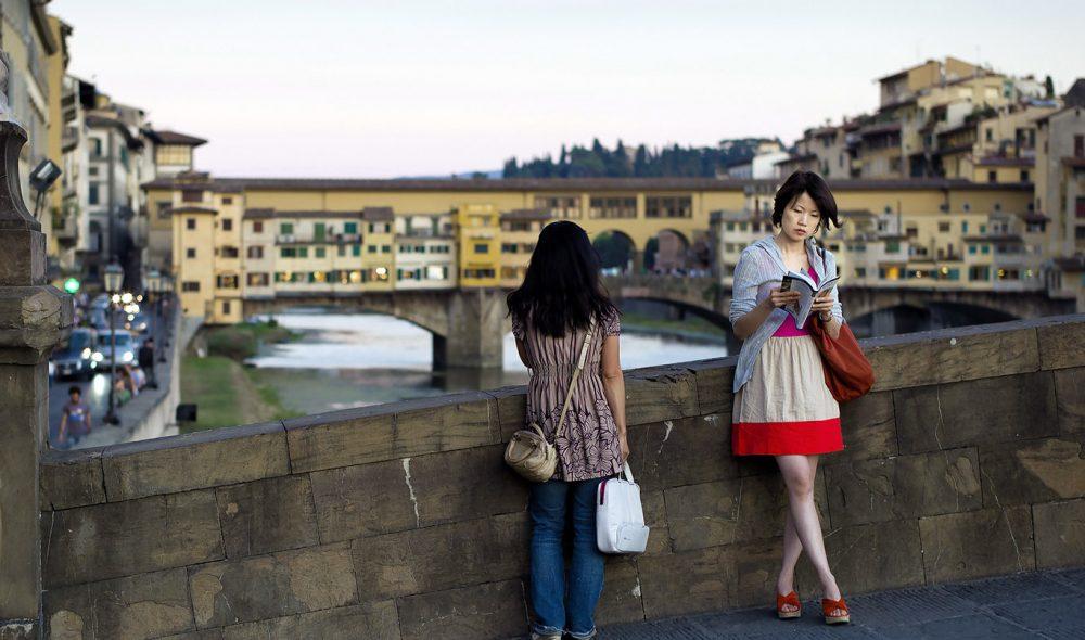 BROENES BY: Når sola renner samles både besøkende og innbyggerne på de mest populære broene i byen.