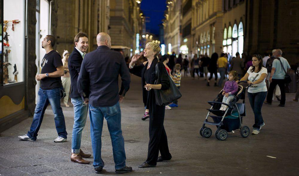 GATETEATER: På kvelden strømmer folk i Firenze ut i gatene, her i en av de mest kjente shoppingstrøkene – Via dei Calzaiouli.
