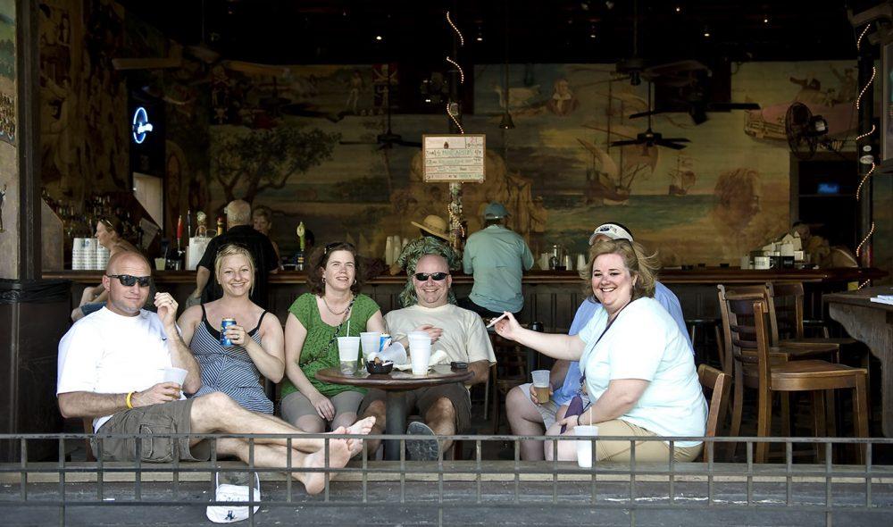 PARTYBY: Partyfaktoren er høy og det er ikke uvanlig å se besøkende rusle ned hovedgata med en øl i handa.