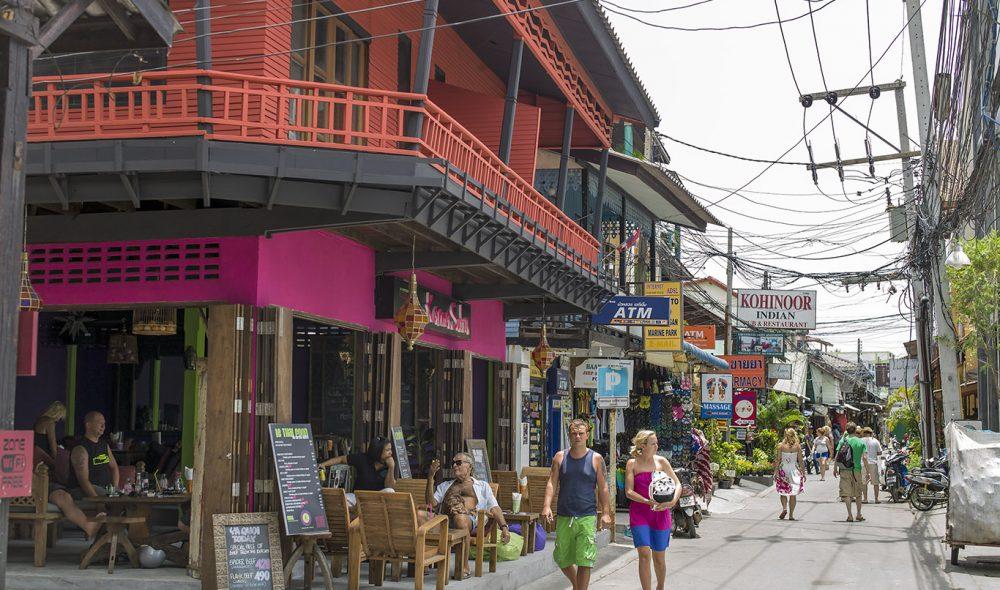 POPULÆRE GATE: I Fisherman's Village ved Bo Phut-stranda har innbyggerne vedlikeholdt mye av den opprinnelige lokale arktitekturen som var her før turistene begynte å strømme til på slutten av 1970-tallet.