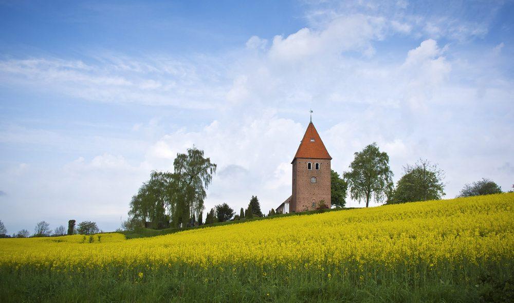 RULLENDE LANDSKAP: St. Severin-kirken i Gamle Rye er en av attraksjonene i det rullende Søhøjlandet ikke langt fra Billund, hvor også noen av Danmarks mest sjarmerende feriekroer ligger.