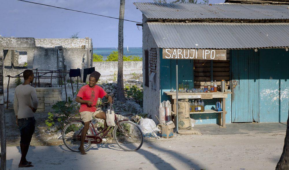 SYKKELØY: Sykkelen er et populært fremkomstmiddel på Zanzibar, også i landsbyen Jambiani.