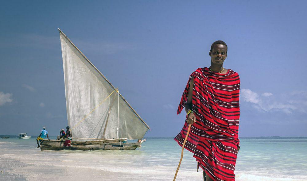 PENDLER: Masaien Taiko er fra Arusha i masaienes kjerneområde ikke langt fra Kilimanjaro på fastlandet. Han trives ute ved kysten, selv om han hovedsakelig er her for å arbeide.