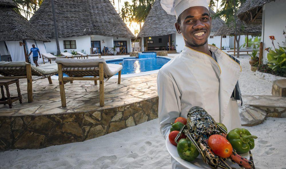 SJØMAT: Daudi en ung og ivrig kokk på Seaview Resort rett på stranda like utenfor landsbyen Jambiani. Stedet serverer de lekreste sjøretter.