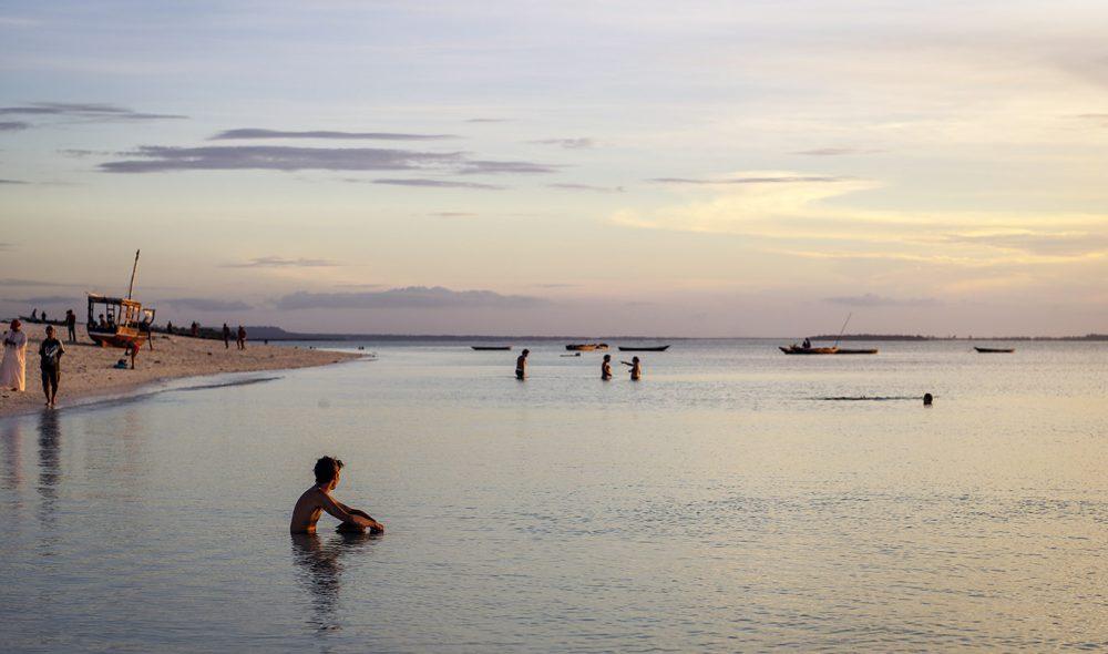 KVELDSTUND: Solen bader havet i gull langs strendene på Zanzibars nordvestkyst.
