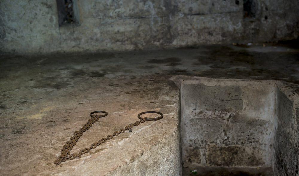 RYSTENDE: De enkle lenkene i fangehullet der slavene ble holdt er nok til å ryste besøkende.