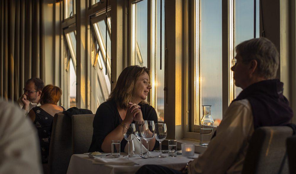 UTSIKT: Koselig i restauranten på Grand Hôtel Mölle.