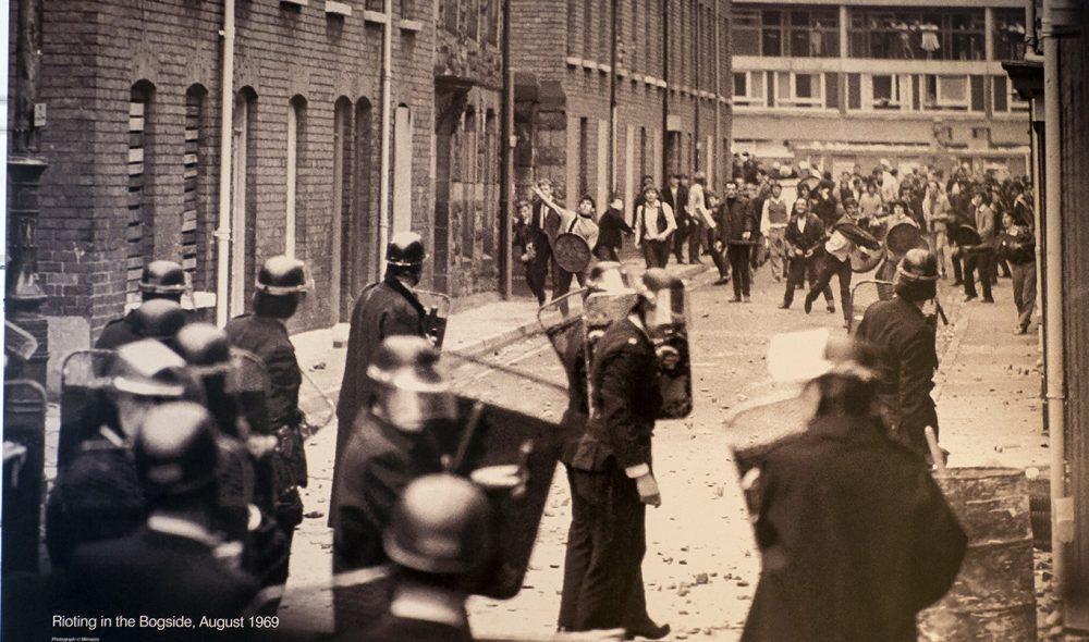 GATEKAMPER: Slike bilder ble spredt rundt i hele verden da det sto på som verst. (Foto: Ulster Museum)