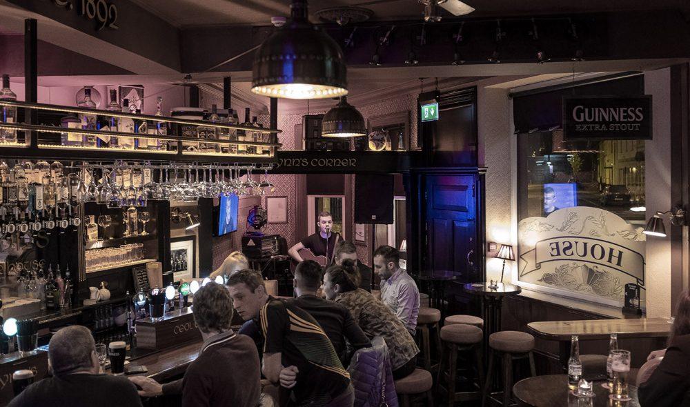 SPILLEGLAD: Mange av historiene som har utspant seg i Nord-Irland kan du finne gjenfortalt i en sang i en av byens mange puber.