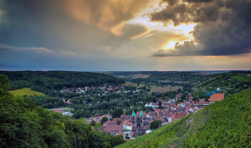 VAKKER BY: Landsbyen Freyburg ligger lunt til mellom rullende åser.