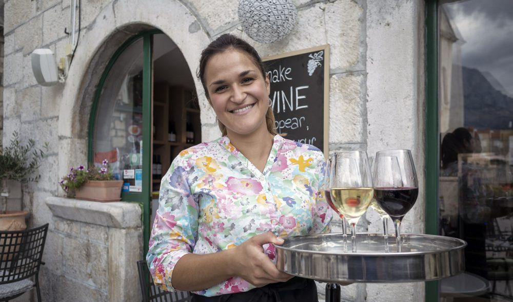 VINLAND: Barbara på den trivelige vinbaren Grabovac, som også er navnet på vinene som serveres der, kan mye om varene hun serverer.
