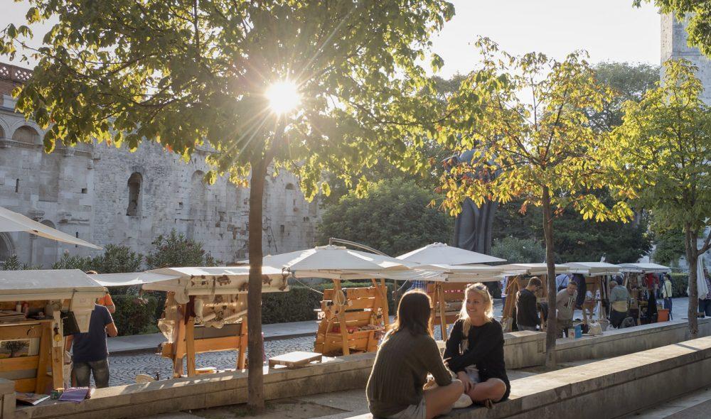SHOPPING: Split er en fin by å oppholde seg en dag eller to, og flere dager i uken arrangeres det marked like utenfor murene i gamlebyen.