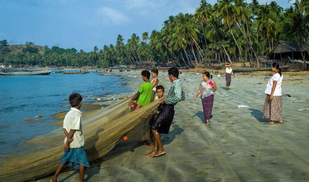 FISKERLANDSBY: Fiskerne i landsbyen Mya Pin ikke langt fra Ngapali-stranden drar garnene opp på stranden, der kvinnene venter på ferskvare som de frakter til det nærliggende markedet.