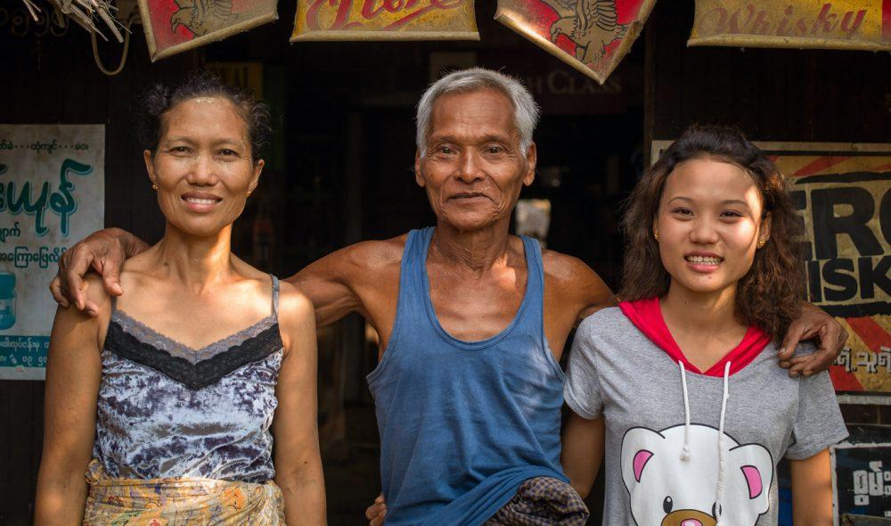 PÅ BAR: Ekteparet U Than Nyeut (midten) og Dan Yin May poserer stort foran baren sin sammen med datteren Yin Tin Than.