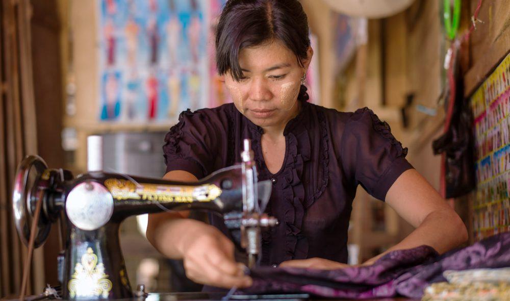 SYERSKER: I Mya Pin som i mange andre landsbyer i Myanmar tjener mange til livets opphold med å sy klær hjemme.
