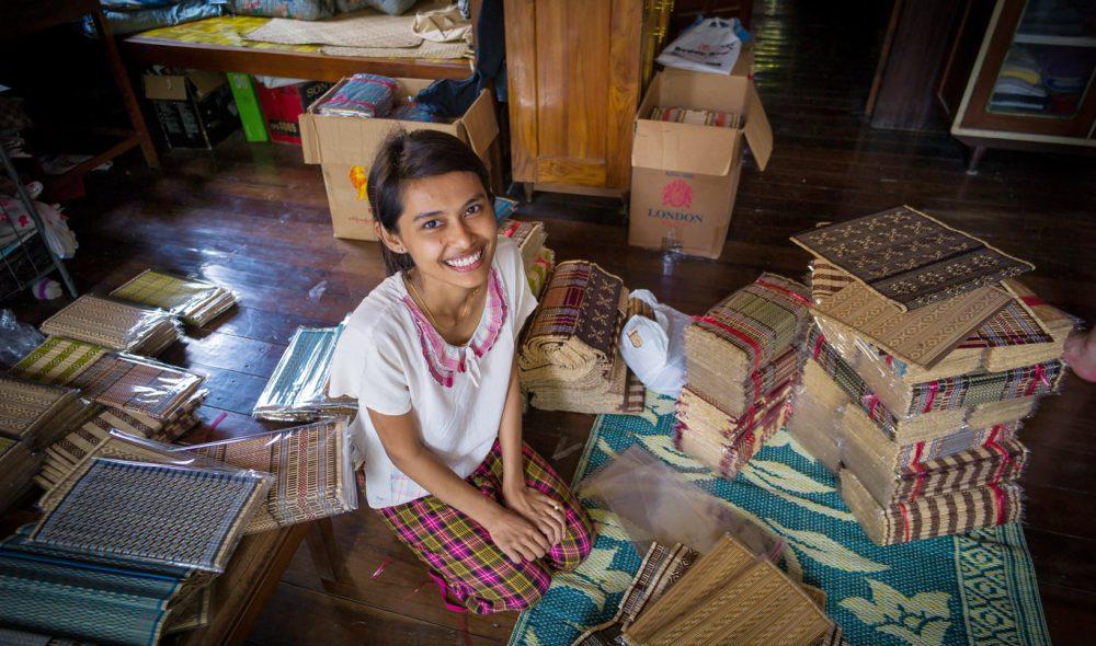 HÅNDARBEID: I en liten fabrikk under familiens leilighet lager Yee Mon Htet sammen med foreldrene lekre bordbrikker, som både selges lokalt og går til eksport. Små fabrikker som dette finnes over alt i Myanmar.