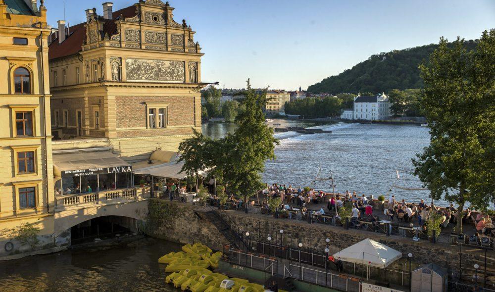 GODT IVARETATT: Sørøstsiden av Karlsbroen flankeres av mange flotte bygg. Praha ble knapt fysisk berørt av Andre verdenskrig, og har dermed en unik, bevart arkitektur sammenlignet med andre byer i denne delen av Europa.