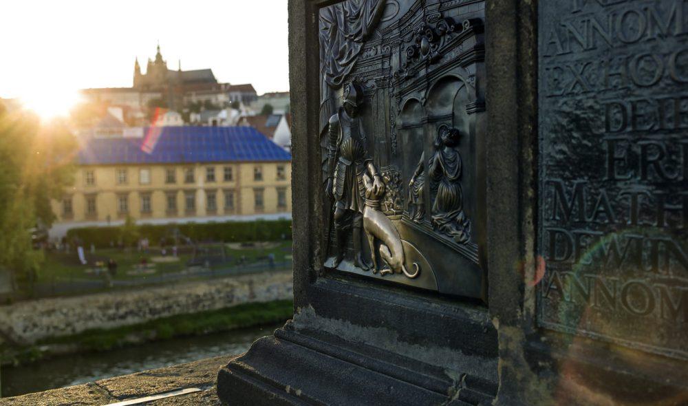SYMBOLSK: Den kristne symbolikken rår blant de mer enn 30 statuene på Karlsbroen.