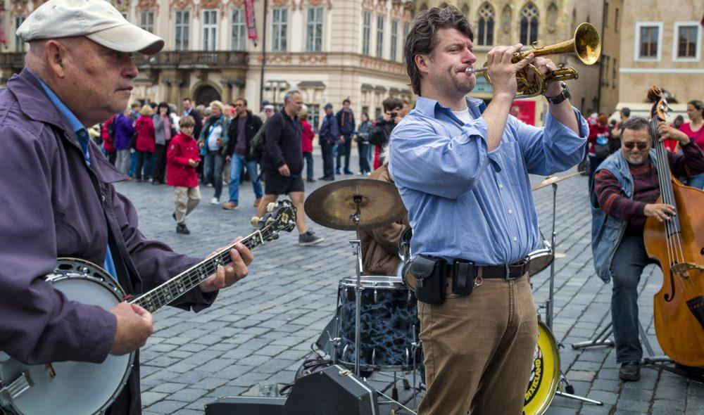 MUSIKALSK: Det mangler ikke på underholdning i gatene rundt gamlebyens torv og på Karlsbroen. Kvaliteten på orkestrene er ofte forbausende høy.