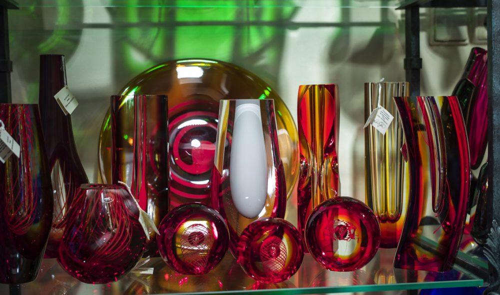 GLASSKUNST: Noe av det flotteste du kan kjøpe med deg fra Den tsjekkiske republikk er brukskunst i glass.