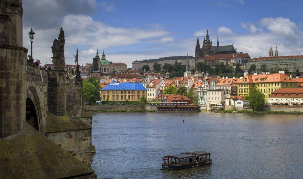 HISTORISK: Det gedigne Praha-slottet på høyden ved Vltava-elvens vestbredd, rommer mer enn tusen år med europeisk historie.