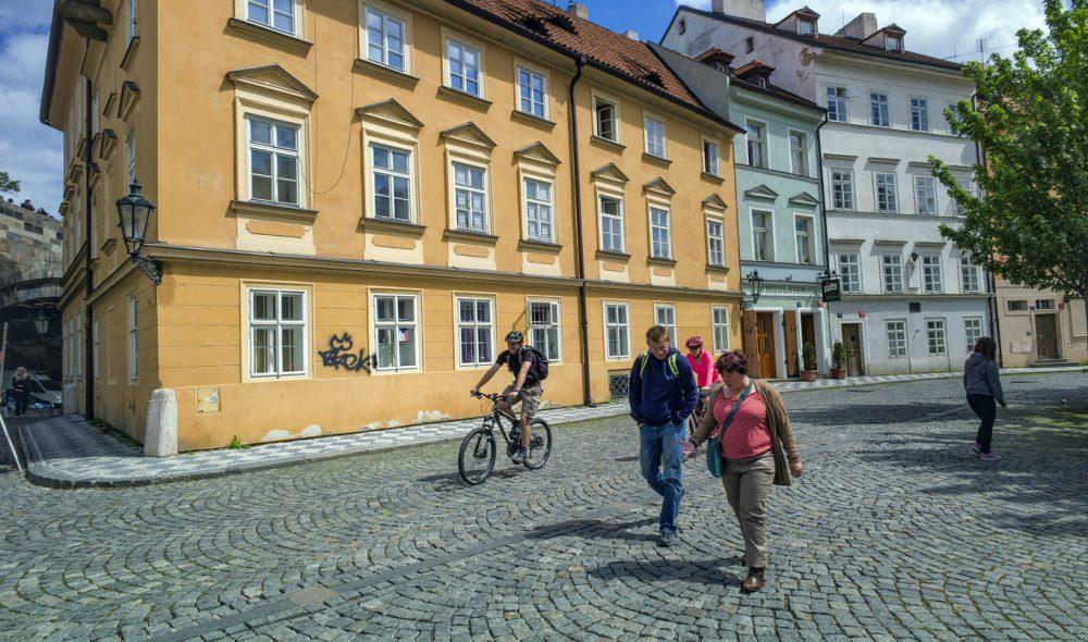 RENT: Gatene rundt Karlsbroen er påfallende rene og innbydende.