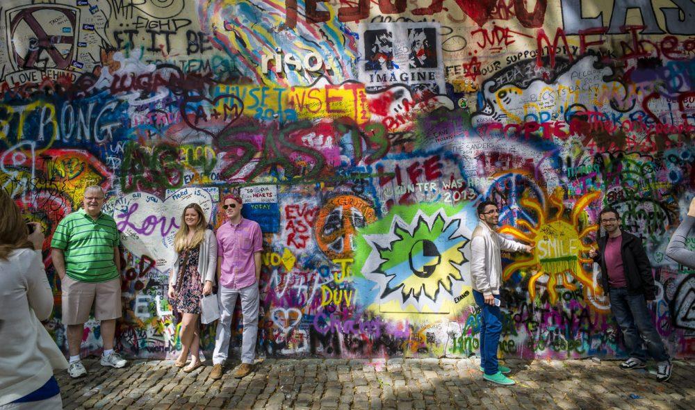 LENNONVEGGEN: Etter at John Lennon ble myrdet i 1980 ble et motiv av ham malt på denne veggen vis a vis den franske ambassaden. Myndighetene forsøkte å vaske den ren, men særlig ungdom fortsatte å påføre veggen maling og grafitti. Det hele utviklet seg til en ungdommelig opprør mot den sovjetiske okkupasjonen med stor symbolverdi.