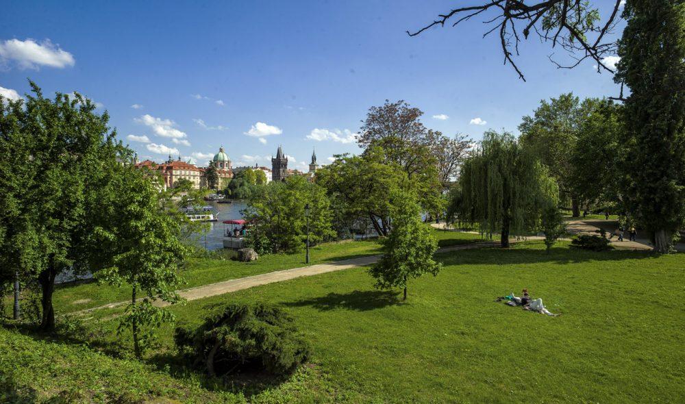SMÅ LUNGER: Du skal ikke langt unna vrimmelen før du har Praha nesten helt for deg selv, som her ved Vlatava-elven bare en kort spasertur sør for Karlsbroen.