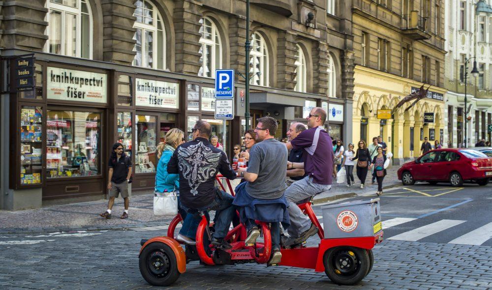 PARTYBY: Praha er populær for utdrikningslag fra hele Europa. Mulig det har sammenheng med den lave prisen landets mest populære drikk – pils.